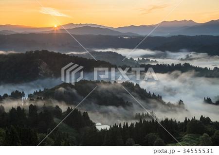 新潟県長岡市山古志志 雲海と朝焼けの日の出 34555531