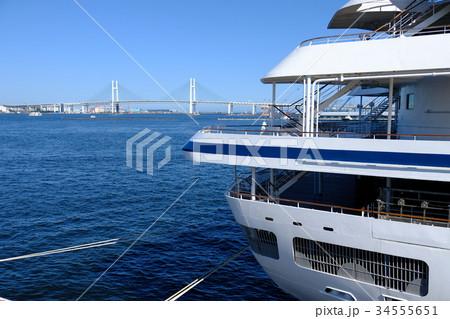 豪華客船の船尾と横浜ベイブリッジ 34555651