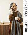 電話をする60代女性 34559797