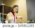 料理をする60代女性 34561193