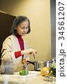 料理をする60代女性 34561207