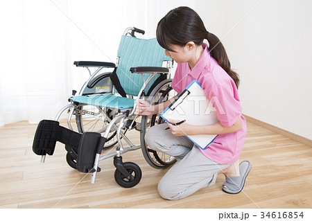 車椅子点検する車いす安全整備士 34616854