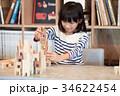 積み木で遊ぶ女の子 34622454