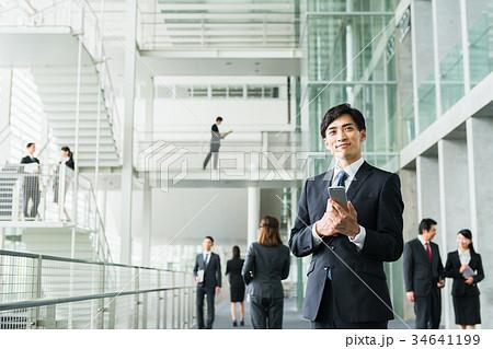 ビジネスマン(スマホ) 34641199