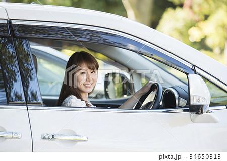 車の運転席の女性、カメラ目線 34650313