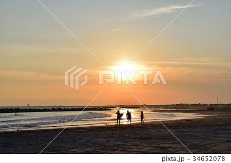 千葉飯岡九十九里浜に沈む夕日とサーファー 34652078