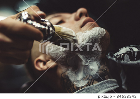 Anonymous barber shaving clientの写真素材 [34653545] - PIXTA