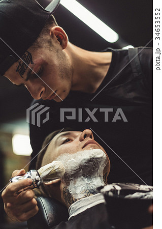 Barber shaving clientの写真素材 [34653552] - PIXTA