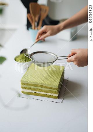 Pour green tea powder over delicious cheesecakeの写真素材 [34654322] - PIXTA