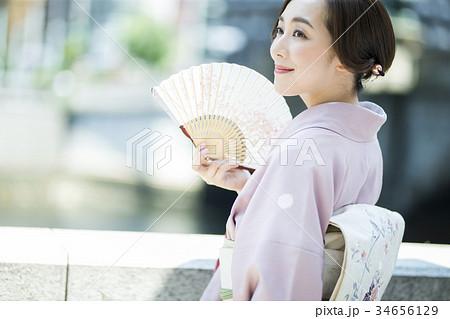 扇子であおぐ着物の女性 34656129