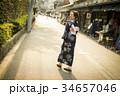 街中を歩く浴衣の女性 34657046
