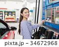 ガソリンスタンド 給油 セルフ 人物 ドライブ レンタカー 旅行   34672968