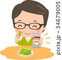 缶ビールを片手に枝豆を食べる中年男性 34679005