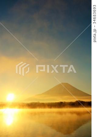 富士山と新年の太陽 34683693