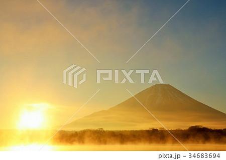 富士山と新年の太陽 34683694