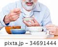 おじいちゃん 介護士 食事の写真 34691444
