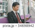 スマホ 通勤 ビジネスマンの写真 34698942