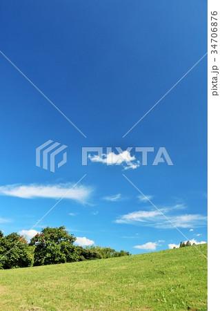 秋晴れの青空 丘の公園風景 34706876