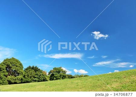 秋晴れの青空 丘の公園風景 34706877