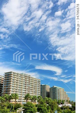 秋の青空と白い雲 街のマンション 34706878