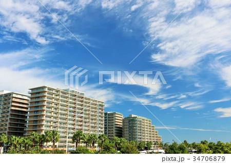 秋の青空と白い雲 街のマンション 34706879