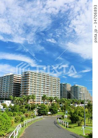 秋晴れの青空と街の風景 34706893