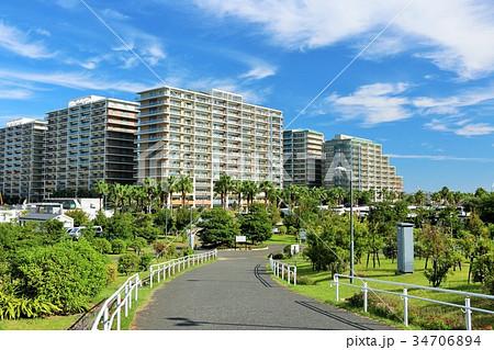 秋晴れの青空と街の風景 34706894