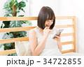 女性 スマートフォン 笑顔の写真 34722855