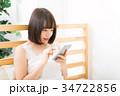 女性 スマートフォン 操作の写真 34722856