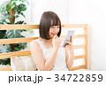 女性 スマートフォン 笑顔の写真 34722859