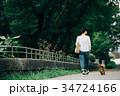 女性 犬 ミニチュアダックスフンドの写真 34724166