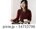 食事をする若い女性 34733796