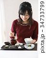 食事をする若い女性 34733799