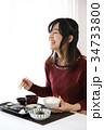 食事をする若い女性 34733800