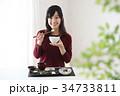 食事をする若い女性 34733811