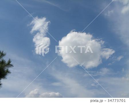 秋の青空と白い雲 34773701