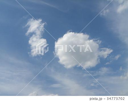 秋の青空と白い雲 34773702