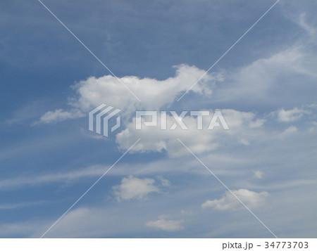 秋の青空と白い雲 34773703