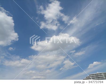 秋の青空と白い雲 34773704