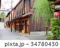 柳の木が揺れる祇園の街並み 34780430