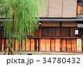柳の木が揺れる祇園の街並み 34780432