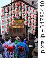 浴衣姿の女性と祇園祭の山車 34780440