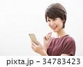 若い女性 ショートヘア スマートフォン  34783423