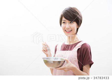 若い女性 ショートヘア 主婦 料理   34783433