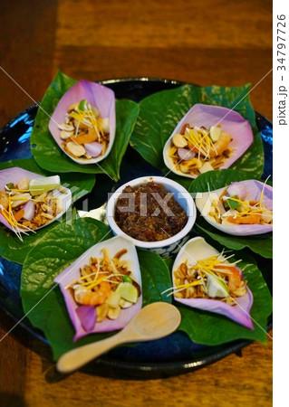 タイ料理のハーブスナック、前菜、ミエンカム、エディブルフラワーを使った料理 34797726