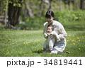 芝生で遊ぶ親子 34819441