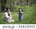 芝生で遊ぶ親子 34819443