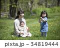 芝生で遊ぶ親子 34819444