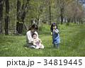 芝生で遊ぶ親子 34819445