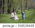 芝生で遊ぶ親子 34819448
